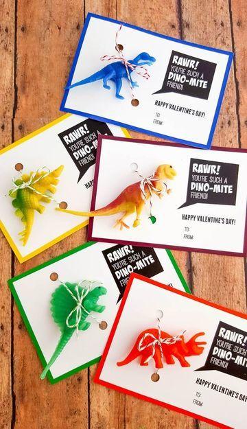 tarjetas de cumpleaños de dinosaurios con muñequitos de piñatas