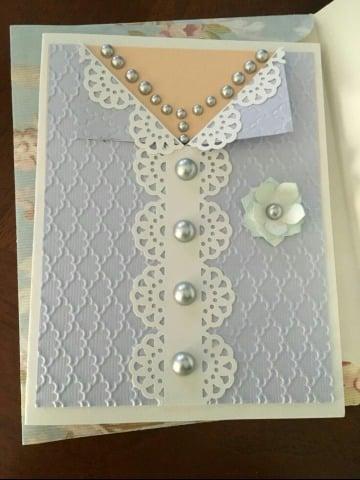 tarjeta en forma de camisa para dia de las madres