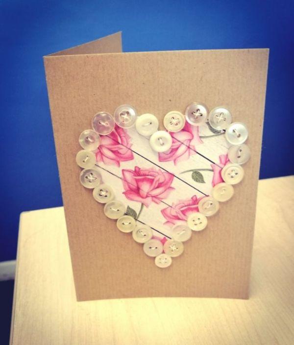como hacer tarjetas recicladas con botones y tela