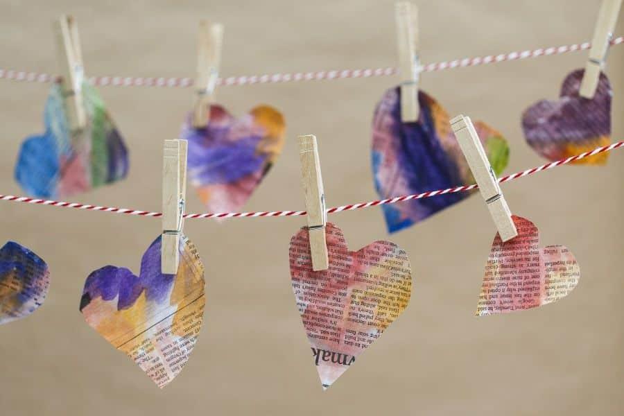 como hacer tarjetas recicladas corazones de papel periodico